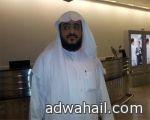 شاب سعودي يطالب بتوظيفه من خلال رفع لافتة على سيارته