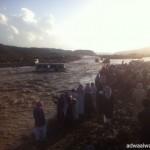 انقلاب  شاحنة أعلاف يعيق حركة السير على طريق العيص
