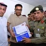 أمير عسير يستلم دعم مالياً من شركة أبو قفرة للمسؤولية الاجتماعية
