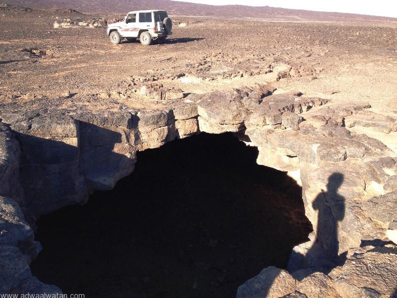 كهوف منسبطة على سطح الأرض تهدد العابرين عبر الصحراء