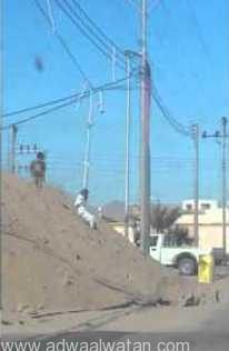 """أطفال يتسلقون """"الموت"""" .. ويبتكرون ملاهي من أعمدة الكهرباء"""