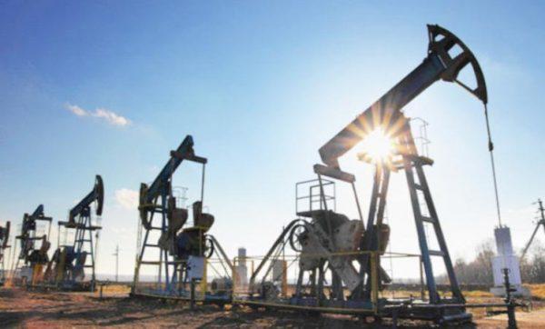 انخفاض أسعار النفط بنحو خمسة في المئة نتيجة وفرة الإمدادات وقلة الطلب