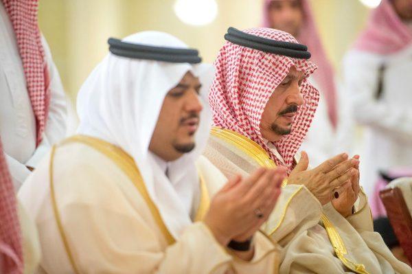 أمير منطقة الرياض وسمو نائبه يؤدون صلاة الاستسقاء مع جموع المصلين