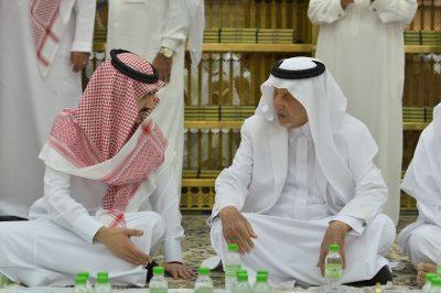 أمير مكة المكرمة يشارك رجال الأمن بالمسجد الحرام طعام الإفطار