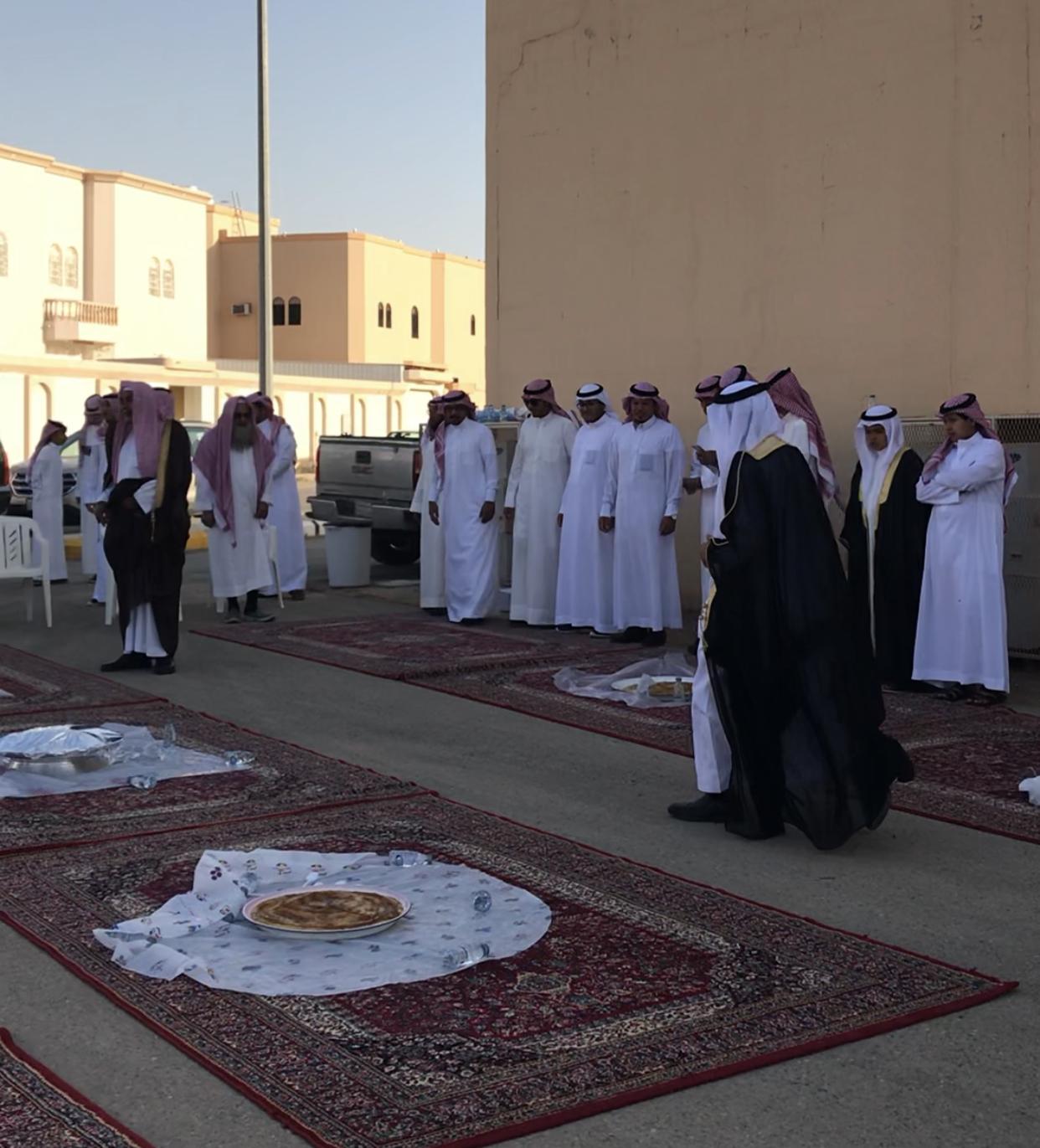 أهالي محافظة رياض الخبراء يحافظون على الإرث القديم بالإفطار بالشوارع صباح العيد أضواء الوطن