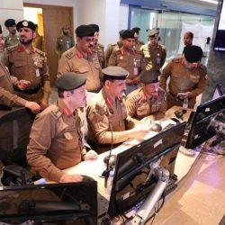 جوازات مطار الملك سعود بالباحة تعايد المسافرين بالورود