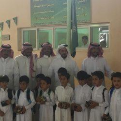 مرور العاصمة المقدسة يستقبل الطلاب والطالبات في أول يوم دراسي بالهدايا