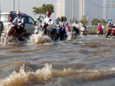 """مصرع وإصابة """"٨"""" أشخاص جراء الأمطار الغزيرة والفيضانات في فيتنام"""