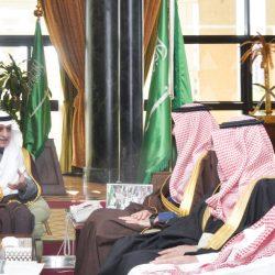 """""""أمير القصيم"""" يلتقي رئيس وأعضاء جمعية تقدير الأعمال التطوعية بمحافظة عنيزة"""