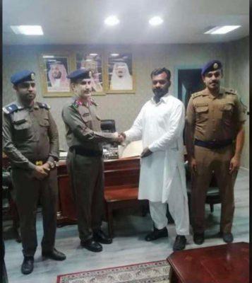 """مدير """"مدني القنفذة"""" يكرم مقيم باكستاني لقاء مساهمته في إنقاذ محتجزين بـ""""وادي قنونا"""""""