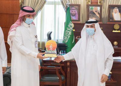 """"""" محافظ عنيزة  """"يكرم مستشفى الملك سعود والصحة العامة"""