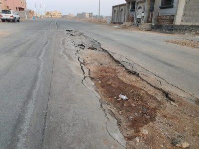 بالصور والفيديو.. تشققات وحفريات شوارع حي الضاحية بضباء يؤرق الأهالي
