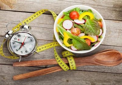 هل للطعام وتوقيته تأثير على النوم؟.. خبراء يجيبون