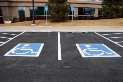 """""""المرور"""" يضبط نحو 3 آلاف مركبة مخالفة بالوقوف في مواقف ذوي الإعاقة"""