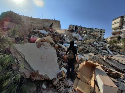 بالفيديو.. لحظة انهيار مبنى ضخم من عدة طوابق في تركيا بسبب الزلزال