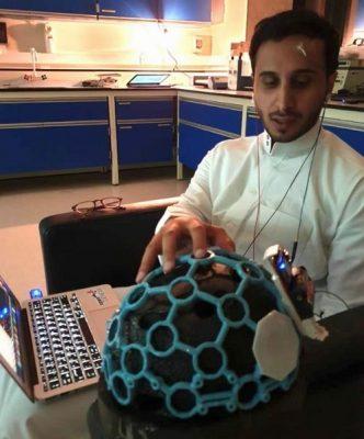 """""""شباب سعوديين"""" يخترعون خوذة ذكية تساعد مرضى الشلل التام"""