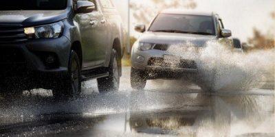 """""""المرور"""" يدعو للحذر وتخفيف السرعة عند القيادة وقت المطر لتجنب انزلاق المركبة"""