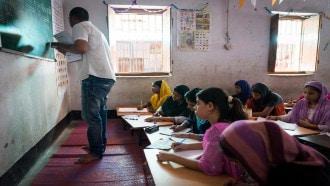هندي يفوز بجائزة المعلم العالمية بمليون دولار لتفانيه في تغيير حياة الفتيات