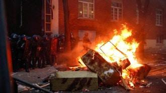 محتجون مقنعون يحرقون سيارات ويحطمون واجهات متاجر باريسية