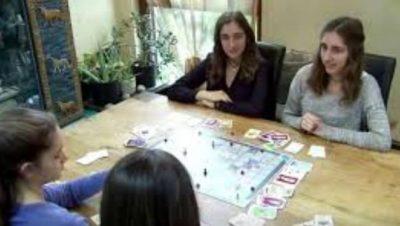 """لعبة """"كورونا"""" اخترعها أربع أخوات المانيات"""