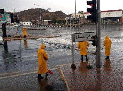 فرق أمانة الطائف تعالج آثار الأمطار والسيول
