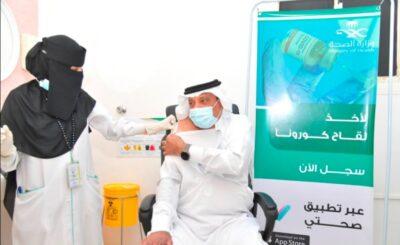 محافظ صامطة يفتتح مركز لقاحات كورونا بمستشفى المحافظة ويتلقى الجرعة الأولى