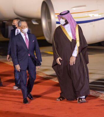 ولي العهد في مقدمة مستقبلي رئيس وزراء ماليزيا لدى وصوله الرياض