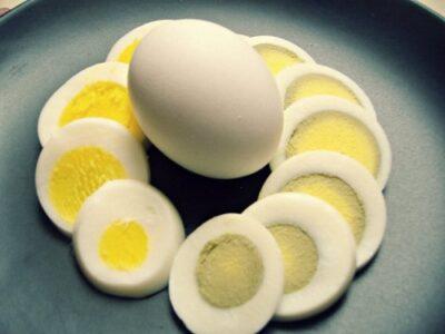 الغذاء والدواء تكشف حقيقة ظهور مادة ضارة عند سلق البيض