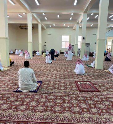 إدارة مساجد رنية توزع سجادات صلاة على المصلين  