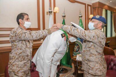 رئيس هيئة الأركان العامة يستقبل قائد القوات البحرية المصرية ويقلده وسام الملك عبدالعزيز من الدرجة الأولى