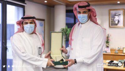 سمو أمين منطقة الرياض يكرم لجنة سكن العمالة لدورهم في التصدي لجائحة كورونا