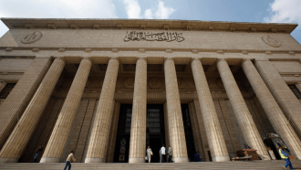 مصر.. الإعدام شنقا لطبيب قتل زوجته بالرصاص في الشارع