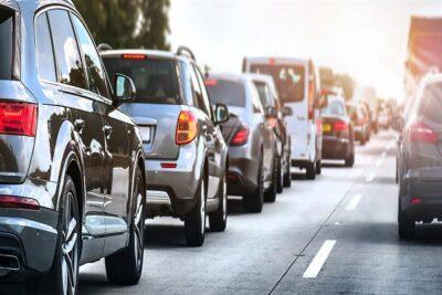 """""""المرور"""" يُجدد التنبيه على قائدي المركبات بأهمية ترك مسافة كافية على الطرق"""