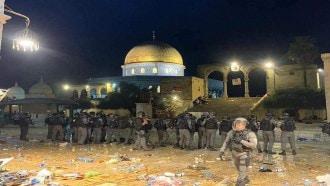 قوات الاحتلال الإسرائيلي تقتحم المسجد الأقصى خلال التراويح وتعتدي على المصلين
