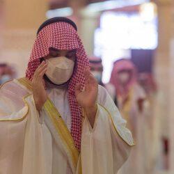 أمير مكة ونائبه يؤدون صلاة العيد بالمسجد الحرام