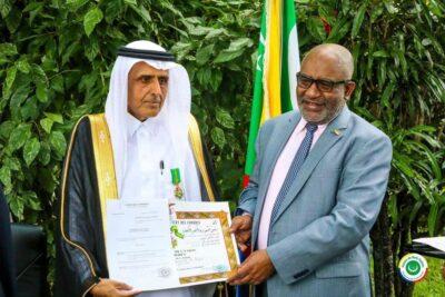 رئيس جمهورية القمر المتحدة يمنح السفير السعودي  وسام الهلال الأخضر