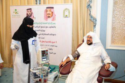 """وزير الشؤون الإسلامية يدشن حملة """"تبرع بالدم واجعل العالم ينبض بالحياة"""""""