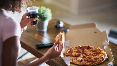 دراسة: 5 مخاطر لتناول الطعام قبل النوم مباشرة