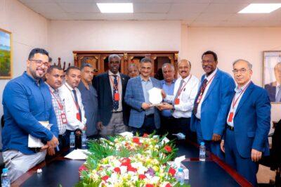 لجنة امتحانات البورد العربي تكرم محافظ العاصمة عدن