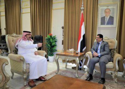 """""""آل جابر"""" يبحث مع بن مبارك استكمال تنفيذ اتفاق الرياض وعودة الحكومة إلى عدن"""