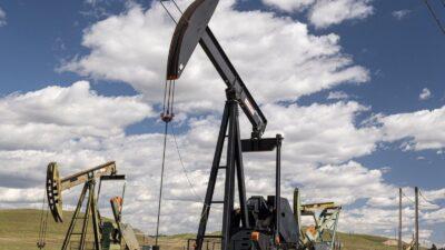 أسعار النفط تقفز 5% منهية سبع جلسات من الخسائر