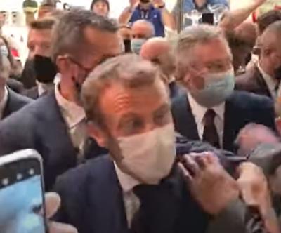"""بالفيديو.. شخص يلقي """"بيضة"""" على الرئيس الفرنسي أثناء تجوله في ليون"""
