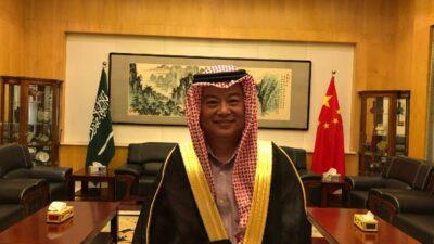سفير الصين بالمملكة: جالس أتعلم لبس البشت