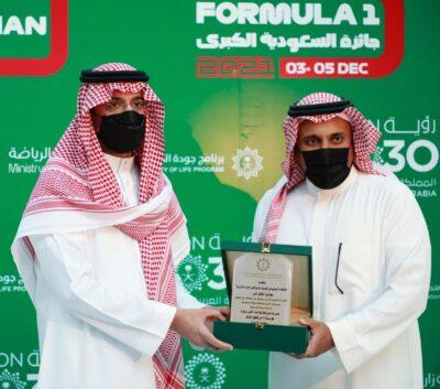 الأمير سعود بن جلوي يضع أولى قطع الليغو لبناء أكبر مجسّم فورمولا 1