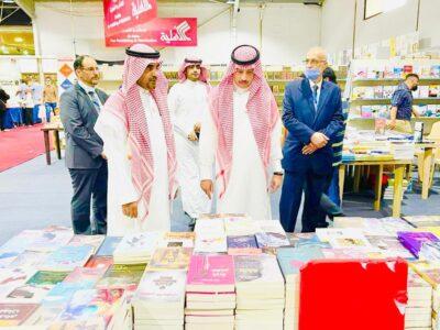 سفير خادم الحرمين الشريفين لدى الأردن بمعية الملحق الثقافي السعودي بمعرض عمان الدولي للكتاب، يطلع على مشاركات دور النشر السعودية