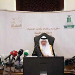 أمير منطقة مكة المكرمة يكرم مديرة الابتدائية الـ 26 بالطائف