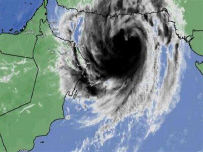 """بدء تأثير """"إعصار شاهين"""" في محافظات سلطنة عُمان مصحوباً بسحب غزيرة"""