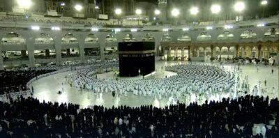 """شاهد.. إمام المسجد الحرام يلتفت قائلاً: """"استوا..اعتدلوا..تراصوا"""""""