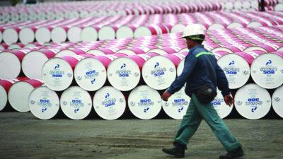 أسعار النفط تهبط بأكثر من 1%.. والخام الأمريكي أقل من 80 دولارًا