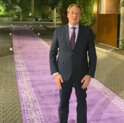 سفير فرنسا في الرياض يستبدل سجاد السفارة باللون البنفسجي لاستقبال الضيوف ويكشف الأسباب غرِّد